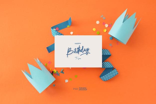Maqueta de tarjeta de felicitación de feliz cumpleaños con letras y decoración, vista superior