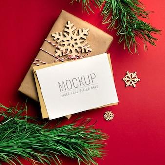 Maqueta de tarjeta de felicitación navideña con cajas de regalo y adornos de madera