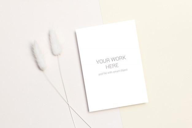 Maqueta de tarjeta con flores secas