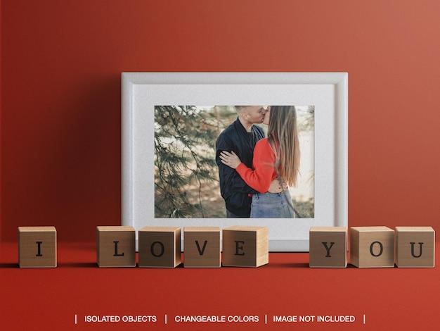 Maqueta de tarjeta de foto de marco para el concepto de día de san valentín con decoraciones aisladas