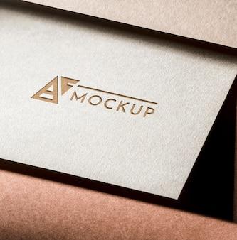 Maqueta de tarjeta de identidad sobre fondo marrón