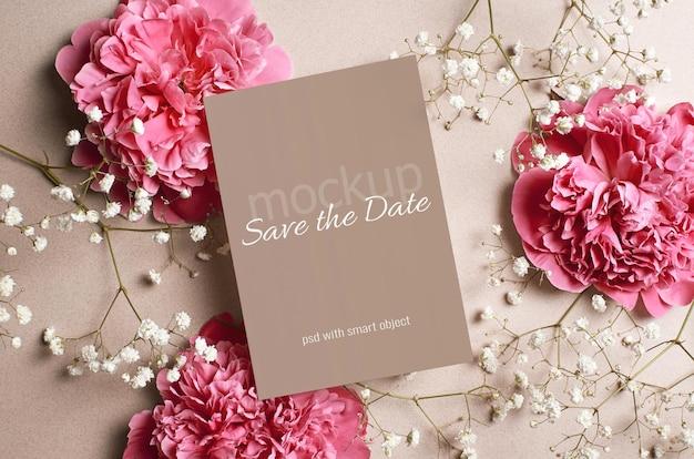 Maqueta de tarjeta de invitación de boda con peonía rosa y flores blancas de hypsophila