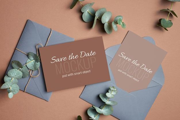 Maqueta de tarjeta de invitación de boda con sobre y ramitas de plantas de eucalipto