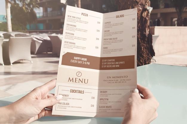Maqueta de tarjeta de menú a medio doblar a4