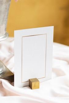 Maqueta de tarjeta en una mesa