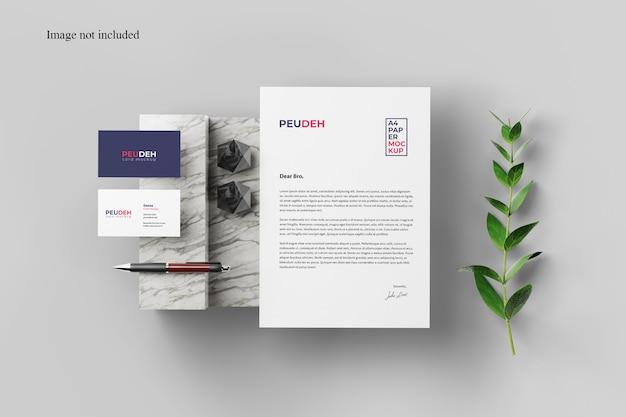 Maqueta de tarjeta y papel con planta