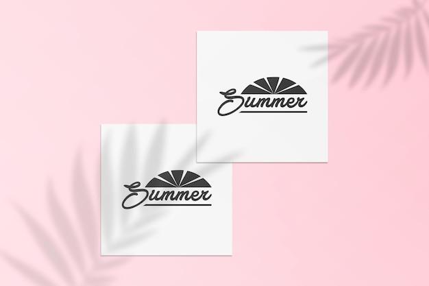 Maqueta de tarjeta postal de instagram de verano con sombra en una pared