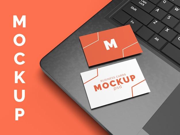 Maqueta de tarjeta de presentación en computadora portátil