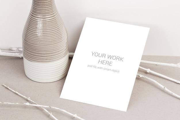Maqueta de tarjeta con ramas blancas
