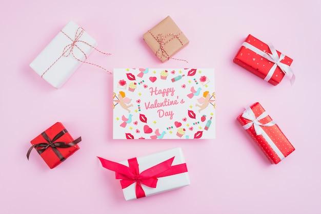Maqueta de tarjeta de san valentin con regalos