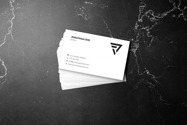 Maqueta de tarjeta de visita apilada de mármol oscuro
