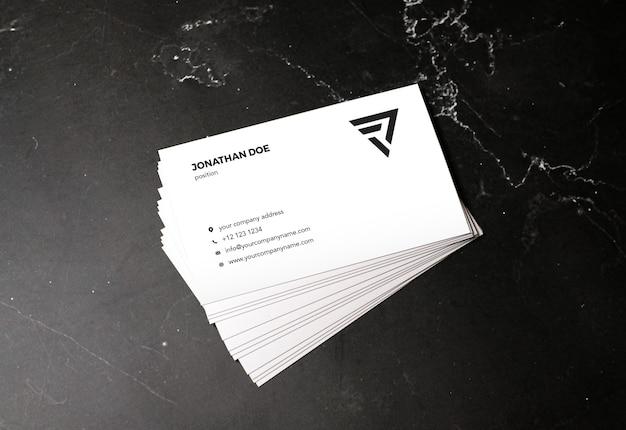 Maqueta de tarjeta de visita apilada de piedra de mármol oscuro