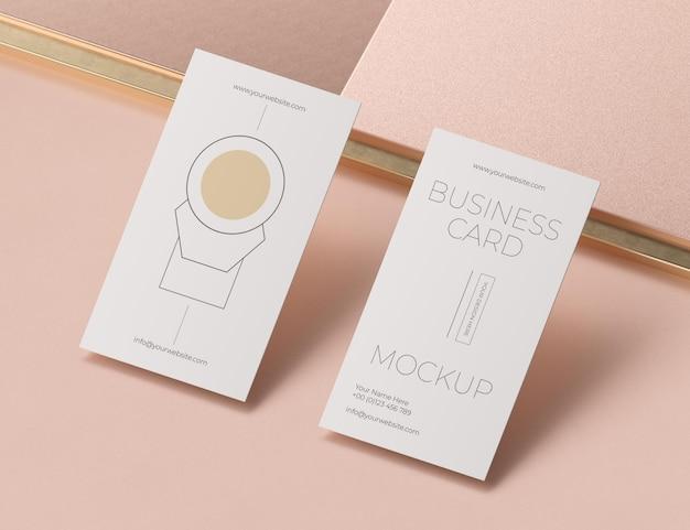 Maqueta de tarjeta de visita de cobre levitando metálica
