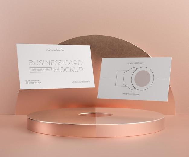 Maqueta de tarjeta de visita de cobre metálico levitando