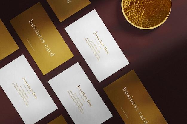Maqueta de tarjeta de visita dorada mínima limpia