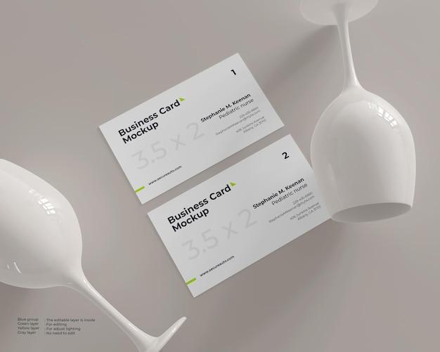 Maqueta de tarjeta de visita con dos copas de vino de cerámica.