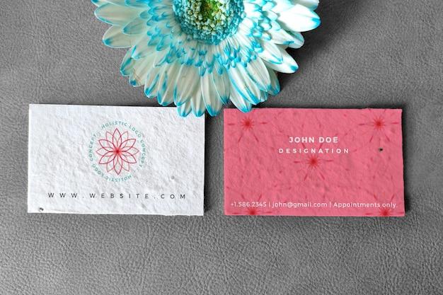 Maqueta de tarjeta de visita floral con fondo blanco y negro y color