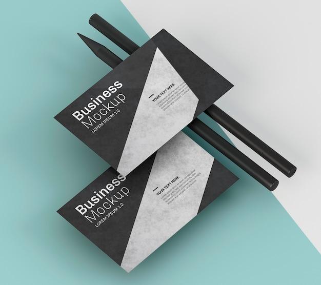 Maqueta de tarjeta de visita y lápices negros