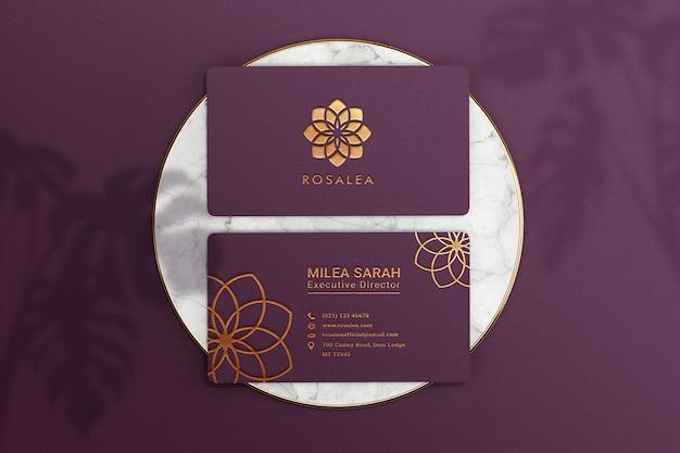 Maqueta de tarjeta de visita de lujo con podio de mármol