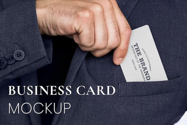 Maqueta de tarjeta de visita en una mano de empresario