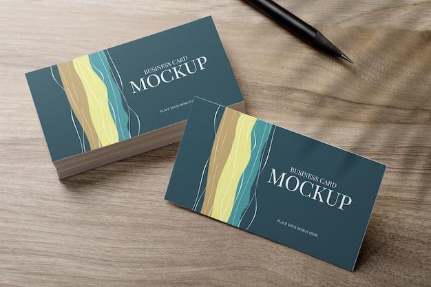 Maqueta de tarjeta de visita mínima en escritorio de madera