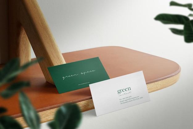 Maqueta de tarjeta de visita mínima limpia debajo del fondo de la mesa