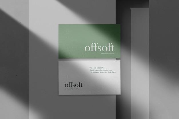 Maqueta de tarjeta de visita mínima limpia en documento con luz y sombra