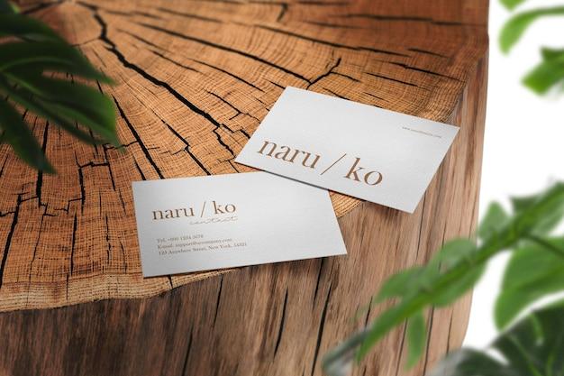 Maqueta de tarjeta de visita mínima limpia en madera