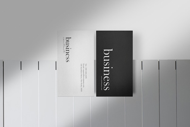 Maqueta de tarjeta de visita mínima limpia en mesa blanca