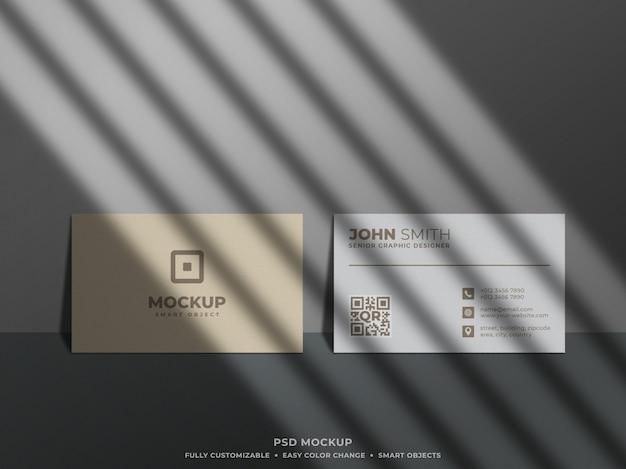 Maqueta de tarjeta de visita mínima y limpia en la pared