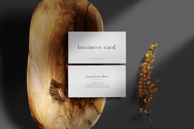 Maqueta de tarjeta de visita mínima limpia en placa de madera