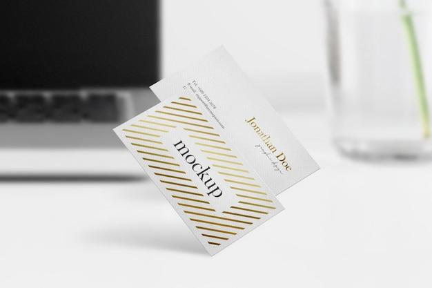 Maqueta de tarjeta de visita mínima limpia sobre fondo de escritorio blanco