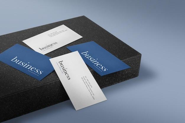 Maqueta de tarjeta de visita mínima limpia sobre fondo de placa de piedra negra