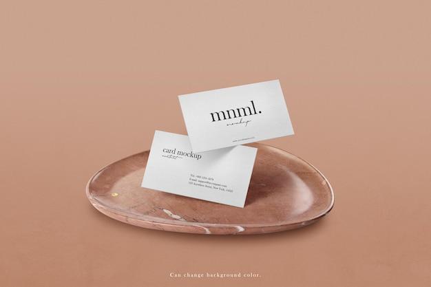 Maqueta de tarjeta de visita mínima limpia sobre fondo de placa de piedra