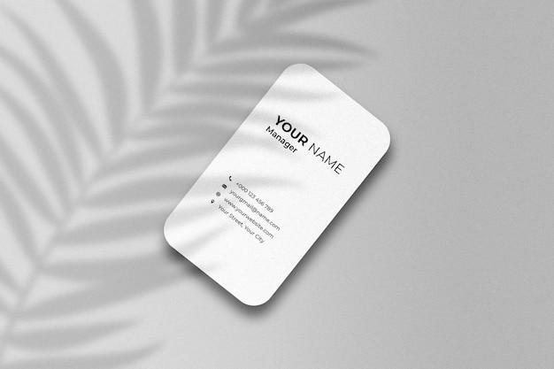 Maqueta de tarjeta de visita de negocios mínima isométrica con sombra