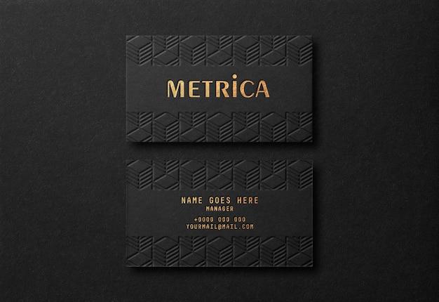 Maqueta de tarjeta de visita negra de lujo con efecto dorado de tipografía