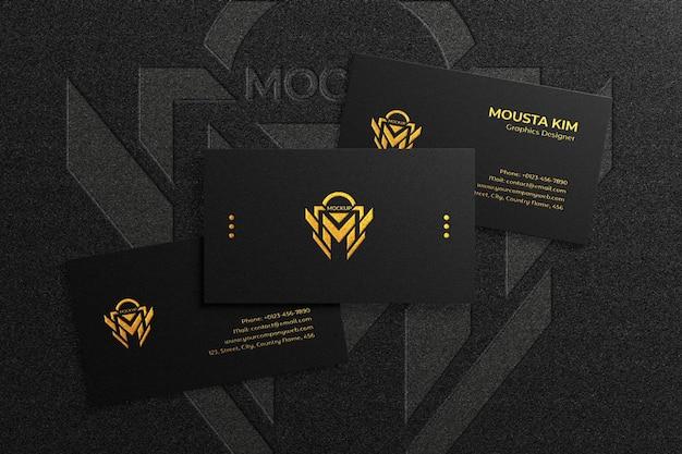 Maqueta de tarjeta de visita oscura elegante y lujosa con logo en relieve