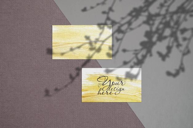 Maqueta de tarjeta de visita en la oscuridad