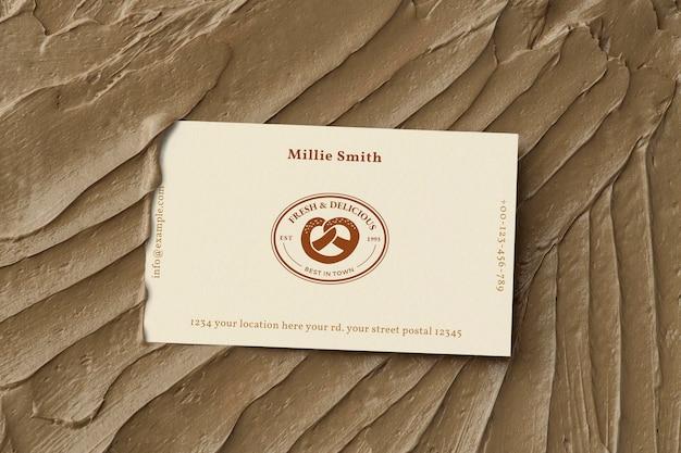 Maqueta de tarjeta de visita de pasteles psd en textura de glaseado marrón