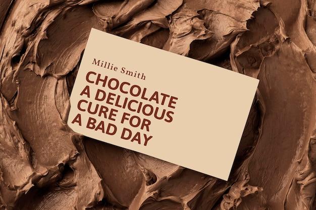 Maqueta de tarjeta de visita de postre psd en textura de glaseado marrón