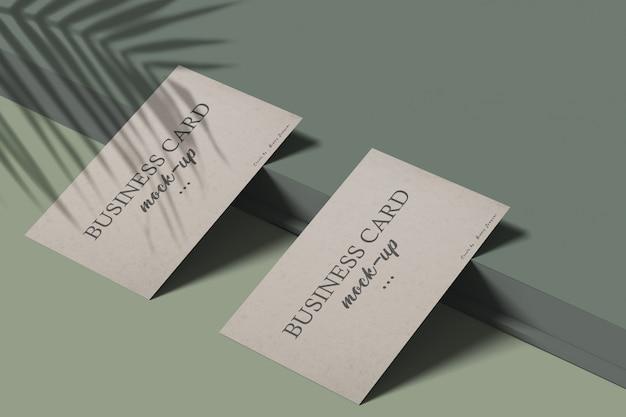 Maqueta de tarjeta de visita realista y limpia con superposición de sombras