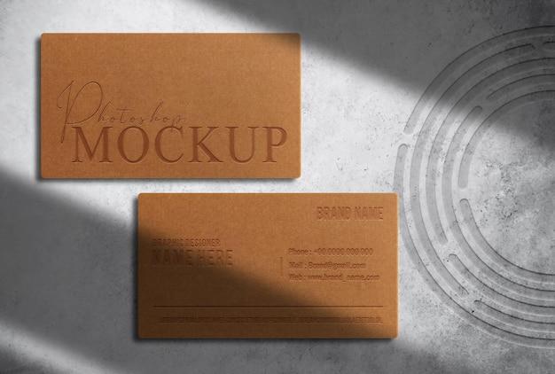 Maqueta de tarjeta de visita en relieve de papel marrón de lujo