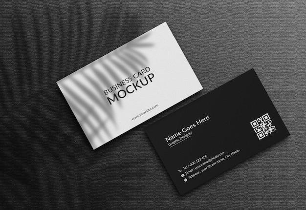Maqueta de tarjeta de visita sobre fondo oscuro