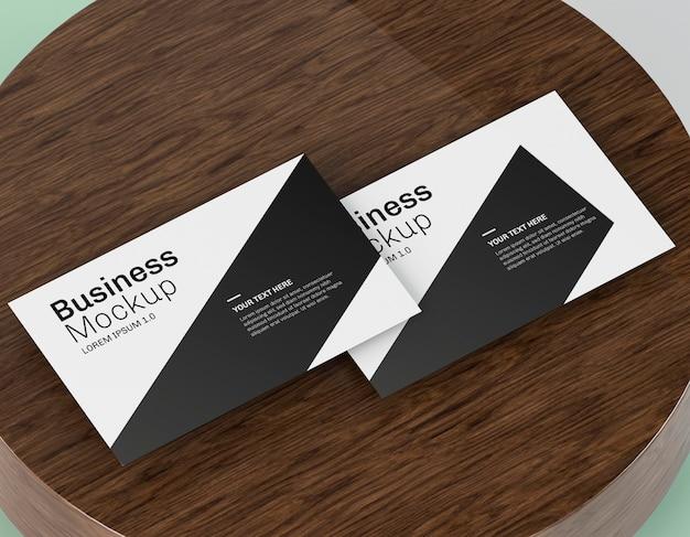 Maqueta de tarjeta de visita en tablero de madera