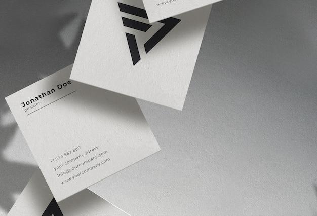 Maqueta de tarjeta de visita con textura cuadrada flotante blanca