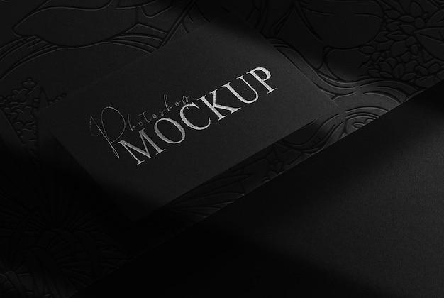 Maqueta de tarjeta de visita única en relieve plateado de lujo