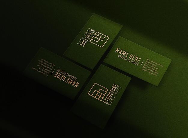 Maqueta de tarjeta de visita verde en relieve dorado de lujo