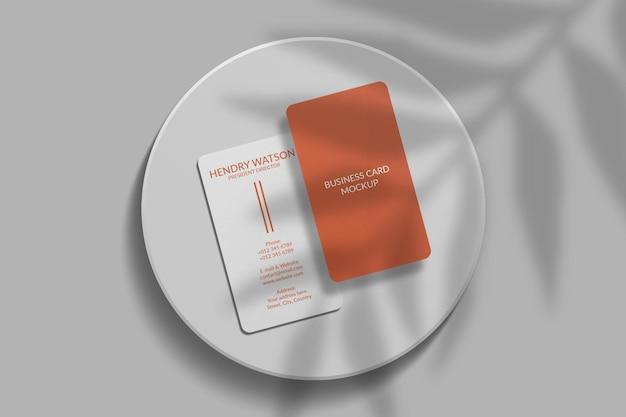 Maqueta de tarjeta de visita vertical de esquina redondeada con superposición de sombras