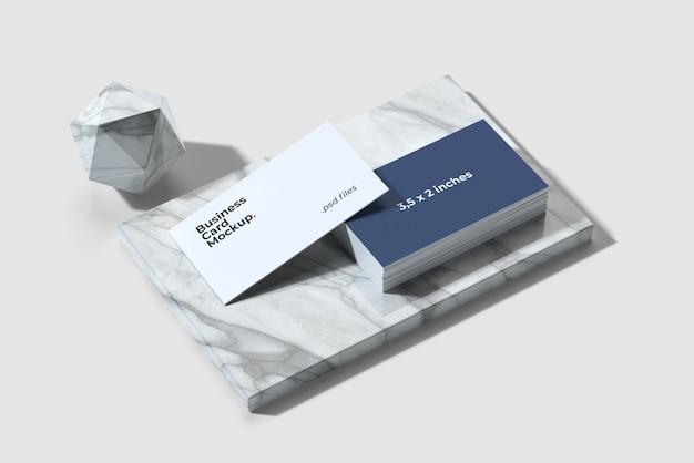 Maqueta de tarjeta de visita en vista de ángulo alto de mármol