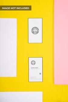 Maqueta de tarjeta de visita de vista superior amarilla